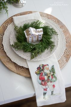 40 Adorable DIY Christmas Craft Ideas Simple and stunning christmas DIY decorations that you can make ceppo christmas Christmas Tabletop, Christmas Table Settings, Christmas Tablescapes, Christmas Table Decorations, Christmas Kitchen, Decoration Table, Merry Christmas, Christmas Love, Country Christmas