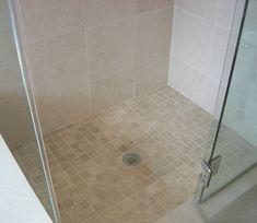 Comparez les avantages et inconvénients d'un receveur de douche extra plat par rapport à une douche à l'italienne complète.