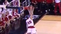 Pendant un match universitaire de basket entre l'Oregon et le Wisconsin, le joueur Sam Dekke va dunker tellement fort que le ballon va rentrer deux fois dans le panier. Mais le point n'aura compté malheureusement qu'une fois.