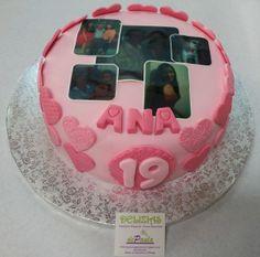 Anita cumple 19 años y a través de las fotos impresas en azúcar han deseado sus seres queridos evocar los recuerdos. ¡Felicidades Ana! Por dentro, un esponjoso bizcocho de chocolate relleno de trufa y nata. Exquisito e intenso! ¿Tienes un joven en tu casa? Sorpréndele con una tarta en fondant! Contacta con nosotros al 616 849 394! ¡Llámanos, tenemos el mejor precio de Málaga! www.depaulapasteleria.blogspot.com www.tartasmalaga.net