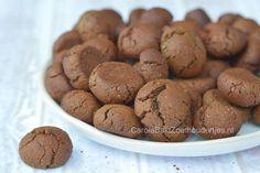 Deze kruidnootjes zijn een gezonde keuze, suikervrij en je kunt havermoutmeel zelf maken in een koffiemolen. Dadelstroop geeft de nootjes veel smaak.