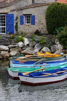 Barques au port des Salines, Grand Village Plage, Ile d'Oléron | Charente-Maritime Tourisme #charentemaritime | #port | #ile #Oléron Old Boats, Small Boats, French Countryside, France Travel, Land Scape, Paris France, Wonders Of The World, Kayaking, Sailing
