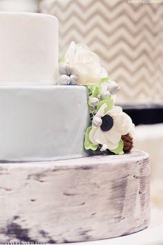 #weddingcake / Beyond Stunning Wedding Cake / The Sweet Side / Alante Photography / Seattle Wedding Cakes / via StyleUnveiled.com