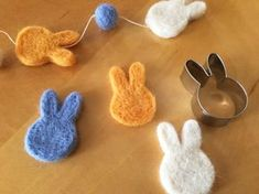 クッキー型で失敗なし! 簡単きれいな羊毛フェルトブローチの作り方 - DIY・レシピ   tetote-note(テトテノート)
