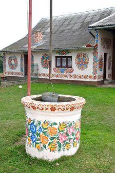 ZALIPIE (Polonia) Érase una vez, en un pequeño pueblo polaco llamado Zalipie, alguien que pintó una flor en su tejado para cubrir una mancha de hollín que había dejado la chimenea. Así que otros vecinos siguieron el ejemplo y también comenzaron a ocultar las manchas con sus propias flores pintadas, hasta que todas ellas estuvieron cubiertas de flores. http://culturainquieta.com/es/lifestyle/item/11533-zalipie-el-pueblo-pintado-con-flores-mas-bonito-de-polonia.html