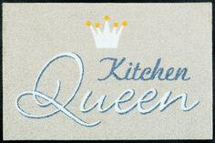Details: Dezentes Design in beige-grau-weiß mit schmückendem Schriftzug, Du bist die einzig wahre »Kitchen Queen«, Der Hingucker in jeder Küche, Rutschhemmende Beschichtung, Qualität: 1,9 kg/m² Gesamtgewicht, 7 mm Gesamthöhe, Rücken 100% Nitrilgummi, Rutschhemmende Beschichtung auf der Unterseite, Flormaterial: 100% Polyamid, Wissenswertes: Waschbar bei 60° C, Trocknergeeignet bis zu 90°...