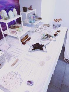 un corso per scoprire il mondo dei minerali nella loro forma, i loro colori e la loro vibrazione nella nostra vita Table, Furniture, Home Decor, Shape, Decoration Home, Room Decor, Tables, Home Furnishings, Home Interior Design