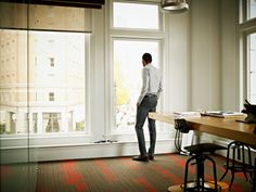 Foto de stock : Businessman in office looking out window