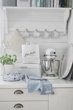 Kitchen, Love the All white kitchen with little accents of color! Cozinha Shabby Chic, Estilo Shabby Chic, Vintage Shabby Chic, White Cottage, Cottage Chic, Cottage Style, Farmhouse Style, Kitchen Living, Kitchen Decor