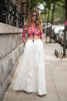 De nuestras tendencias favoritas es la combinación de diferentes cortes de crop top con faldas, ya que crean un look muy femenino