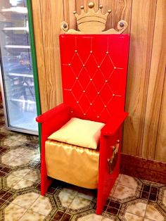 Throne built with recycled wood starting by an old chair! More information: ittaesti website !