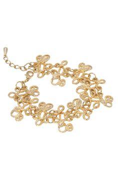 A pulseira arabesco dourada é uma peça super moderna. Essa bijuteria fina, banhada a ouro, é ideal para ser combinada com brincos dourados, que podem ser encontrados na loja online da Juv ou em sua coleção pessoal. Dimensões: 17 cm de comprimento aberta e 2 cm de extensor. Peso: 20 gramas.
