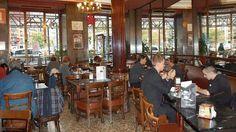 Madrid. Café Comercial, Entre sus contertulios de prestigio también destacaron el músico Pablo Sorozábal, Tierno Galván, Fernando Rey y el periodista César González Ruano o  Jaime Campmany, Berlanga y Mingote entre otros muchos.