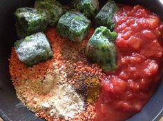 Ingrédients: 1 cup de lentilles corail. 300 gr d'épinards surgelés. Une boîte de tomates concassées. 1 cuillère à café d'ail en poudre. 1 cuillère à café d'oignons en poudre. 1 cu…