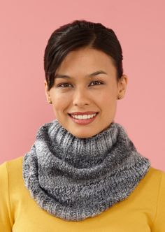 Layer this thick, warm cowl with sweaters or heavy coats to keep your neck toasty warm. Because it is knit in the round, this cowl is a great pattern for knitters who love working in the round or want to practice this useful skill. Knitting Blogs, Loom Knitting, Free Knitting, Beginner Knit Scarf, How To Purl Knit, Knit Cowl, Couture, Knit Scarves, Scarfs