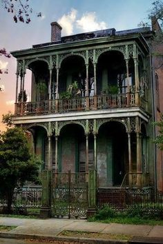 Really dilapidated house in the garden district in New Orleans. Would love to have the money to restore it! Joe's ex, Mary Ann, lived near the Garden District. Abandoned Buildings, Abandoned Property, Old Abandoned Houses, Old Buildings, Abandoned Places, Old Houses, Abandoned Castles, Beautiful Buildings, Beautiful Homes