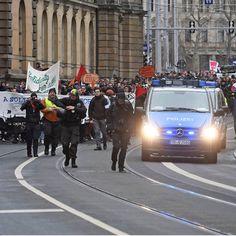 http://www.bild.de/regional/leipzig/demonstrationen/leipzig-gegen-den-aufmarsch-der-neonazis-liveticker-50898002.bild.html
