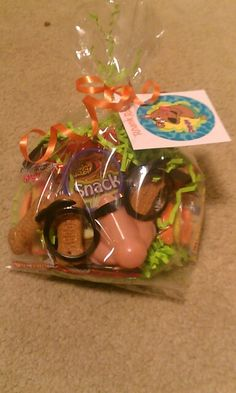 Scooby Doo party favor bags: disguise glasses, mini-magnifying glasses, gummy hamburgers & hot dogs, graham cracker scooby snacks.