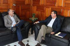 Durante una reunión de trabajo,el titular de la SCOP, José Juan Domínguez, y el presidente estatal de la Cámara Mexicana de la Industria de la Construcción, Jorge Tovar Zavala, se ...