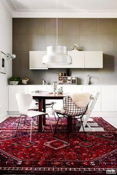 Alfombras vintage, persas, kilim y turcas en la cocina , Eclectic Kitchen, Kitchen Rug, Kitchen Interior, Kitchen Decor, Kitchen Carpet, Red Kitchen, Kitchen Modern, Modern Room, Modern Decor