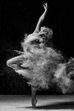 danse contemporaine, moment capturé de danse avec de la farine