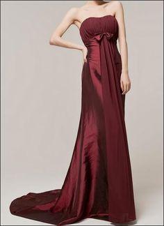 Eigentlich ein schlichter Schnitt, aber der Materialmix macht das Kleid zum Blickfang!