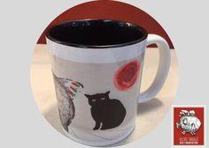 Si eres amante del café y los gatos serás feliz con las tazas decoradas de Leticia Tarragó en las que los felinos ocupan el lugar de honor.  La taza decorada Elefante y Gato tendrá un lugar de honor en tu escritorio, sobre todo en esas mañanas en las que no sabes cómo empezar a trabajar