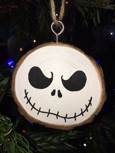 Painted Christmas Ornaments, Christmas Ornament Crafts, Wooden Ornaments, Diy Christmas Gifts, Christmas Art, Halloween Crafts, Christmas Crafts, Grinch Ornaments, Halloween Templates