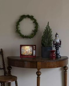 Nydelig vannfylt lykt med integrerte multifargede LED lyskilder og glitter som minner oss om gamle dager og gir oss den magiske følelsen av julen som står for tur. Lykten er i form av en TV med en nisse og søte skogsdyr. Den er utstyrt med vifte slik at du skal slippe å riste den hver gang du ønsker den i gang og den spiller også koselig julemusikk. I tillegg til dette har lykten timer, slik at den automatisk slår seg av etter 5 timer. Christmas Feeling, Magical Christmas, Santa With Reindeer, Water Globes, Entryway Tables, Lanterns, Tv, Shapes, Table Decorations