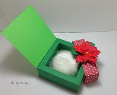 Caixinha de Natal, <br>personalize suas lembrancinhas de natal. Caixinha feita de papel com gramatura 180, decorada com flor de natal feita em camadas empregando um efeito 3D. Cabe um sabonete redondo. O sabonete não acompanha o produto. <br>Dimensão: <br>largura: 10,00 cm <br>comprimento 10,00 cm <br>altura : 3,8 cm <br>Fizemos em outros modelos para outras ocasiões. <br>Agradecemos a visita.