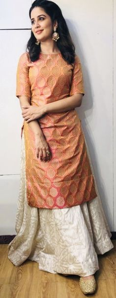 Vaidehi in Warp 'n Weft Banarasi Khinkhab at the trailer launch of her film Kashinath Ghanekar Salwar Kurta, Banarasi Sarees, Painted Warp, Modern Quilt Patterns, Raw Denim, Aqua Color, Beautiful Saree, Loom Knitting, Color Trends