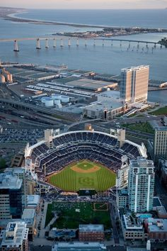 Un partido de Beisball en San Diego . Beautiful PETCO Park in downtown San Diego, California. Home of the San Diego Padres! San Diego Padres, Baseball Park, Baseball Shoes, Baseball Season, Baseball Jerseys, Hockey, Football, Mlb Stadiums, Sports Stadium