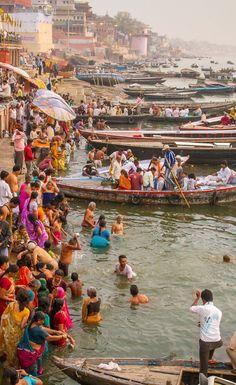 The heart of Indian spirituality : the sacred Ganges flows through Varanasi. Varanasi, Voyager C'est Vivre, Indian Spirituality, Places To Travel, Places To Visit, Namaste, Amazing India, India Culture, Rishikesh