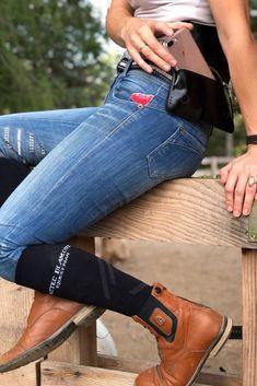 Unsere Handytasche ist ein unverzichtbares Zubehör für alle Reiter, die sicher im Gelände unterwegs sein wollen und löst das Problem, dass man keinen Platz hat, sein Handy beim Reiten und im Stall sicher und jederzeit griffbereit zu verstauen. In braun oder schwarz passt die Tasche zu jedem stylischen Outfit und ist das perfekte Accessoire für deinen Look.  Die Tasche wird in einer schicken Schachtel angeliefert und ist damit das ideale Geschenk für Reiterinnen und Reiter. Clogs, Outfit, Fashion, Accessories, Women Riders, Horseback Riding, Get Tan, Bags, Clog Sandals