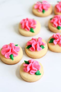 Mini Rose Cookies -- Simple buttercream frosting flowers on bite-size cut-out sugar cookies are a pretty and pink cookie idea. Rose Cookies, Mini Cookies, Cookies For Kids, Flower Cookies, Bite Size Cookies, Cookie Bouquet, Summer Cookies, Fancy Cookies, Heart Cookies