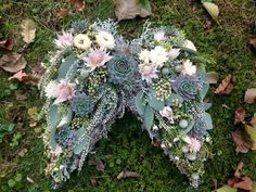 Totensonntagsgesteck Mehr Best Picture For funeral attire For Your Taste You are looking for something, and it is going to tell you exactly what you are looking for, and you didn't find that picture. Funeral Bouquet, Funeral Flowers, Grave Flowers, Cemetery Flowers, Funeral Flower Arrangements, Modern Flower Arrangements, Flores Diy, Cemetery Decorations, Casket Sprays