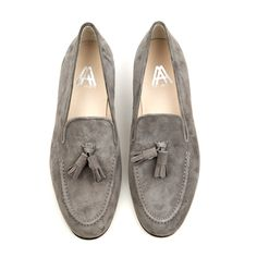 Axel Arigato grey suede tassel slipper with calf leather lining and footbed for extra comfort. Grey suede trim and upper material in suede. #axelarigato