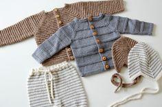 Billedresultat for babystrik gratis Knitted Baby Outfits, Newborn Outfits, Baby Boy Outfits, Knitting For Kids, Baby Knitting Patterns, Baby Patterns, Baby Cardigan, Winter Baby Clothes, Clothing Patterns