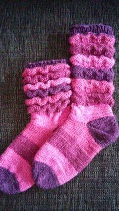 Näistä sukista ei meinannut sitten millään tulla varrellisia sukkia vaan olin jo vähällä tehdä niistä vallan varrettomat. Kolme kertaa kokei...