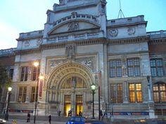 Entrada principal del Museo Victoria y Alberto  Inglaterra, alberga muchos museos a lo largo de su territorio como parte de sus diversos atractivos turísticos. Aquí un listado completo de los museos que se podrán visitar durante nuestro recorrido por el Reino Unido.