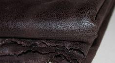 Coupon tissu suédine laqué craquelé marron foncé 3 mètres