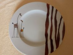 Assiette à dessert motif Girafe Painted Plates, Hand Painted Ceramics, Ceramic Plates, Ceramic Pottery, Pottery Painting, Ceramic Painting, Plate Drawing, Decorated Wine Glasses, Paint Your Own Pottery