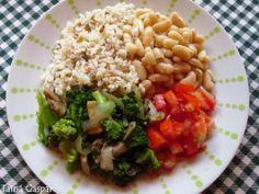 Arroz integral, feijão branco, cogumelo paris refogado com brócolis e salada de tomate.