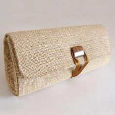 Manualidades de Yute y Arpillera. Muchas Ideas para Intentar - Island Tutorial and Ideas Burlap Purse, Burlap Fabric, Woven Fabric, Crochet Patron, Handbag Storage, Burlap Crafts, Diy Purse, Jute Bags, Upcycled Crafts