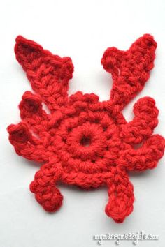 free crochet pattern for a cute little crab, complete with step-by-step picture tutorial in a PDF!