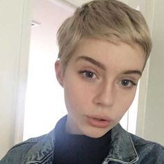 """How to style the Pixie cut? Despite what we think of short cuts , it is possible to play with his hair and to style his Pixie cut as he pleases. For a hairstyle with a """"so chic"""" and pointed… Continue Reading → Cute Pixie Haircuts, Haircuts For Fine Hair, Pixie Hairstyles, Short Hairstyles For Women, Women Short Hair, Cute Pixie Cuts, Hairstyles 2018, Pixie Haircut Fine Hair, Pixie Haircut Color"""