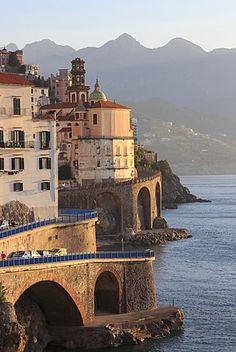 Iglesia de Santa María Magdalena y la carretera de la costa ,Atrani, cerca de Amalfi, Costa Amalfitana (Costa de Amalfi), patrimonio de la humanidad, Campania, Italia, Europa