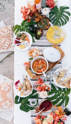 Sharing tips on how to enjoy your holidays island style! Pull tips and inspiration from ElanaLoo's Tropical Thanksgiving setup. Beach Dinner Parties, Summer Parties, Picnic Parties, Beach Party, Thanksgiving Tablescapes, Thanksgiving Decorations, Thanksgiving Holiday, Holiday Decor, Mimosas