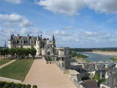 Village of Amboise - approach to chateau #loirevalley #france