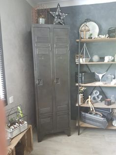 Comment rénover un meuble industriel - We love deco Lockers, Locker Storage, Diys, We, Cabinet, House, Furniture, Home Decor, Industrial Tv Stand